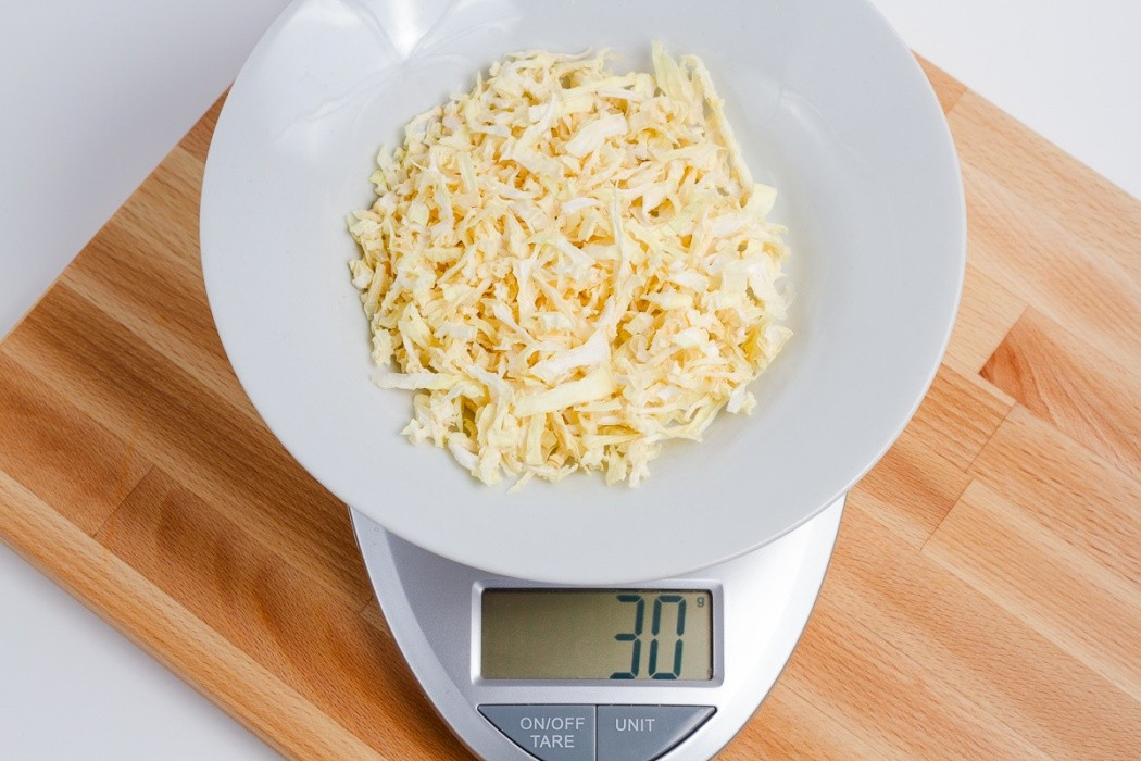 30 grams of dried onion on a scale