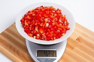 423 grams of diced red bell peppers on a scale