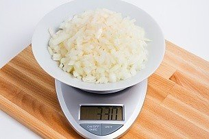 330 grams of diced onions on a scale
